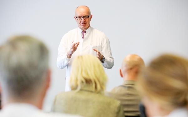 Prof. Ulrich Adam auf der Veranstaltung zum WOM Laparoscopy Excellence Centers