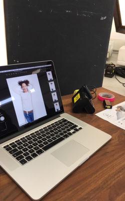 Beim Fototermin werden die Motive sofort am Laptop geprüft